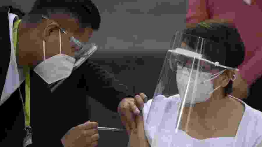 No México, enfermeira de 59 anos foi a primeira a receber a vacina contra covid-19 na América Latina - PEDRO PARDO/AFP