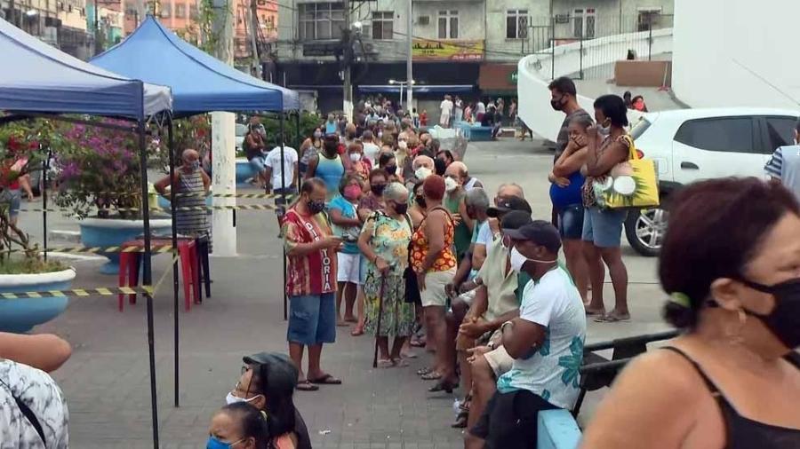 Fila de vacinação na Praça do Pacificador, em Duque de Caxias; Brasil já vacinou 16,2 milhões de pessoas - Reprodução/TV Globo