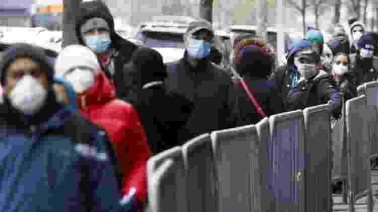 Fila para recebimento de doação de alimentos em Nova York; pandemia também deixou claras as desigualdades econômicas, raciais e de gênero na sociedade americana - Justin Lane/EPA - Justin Lane/EPA