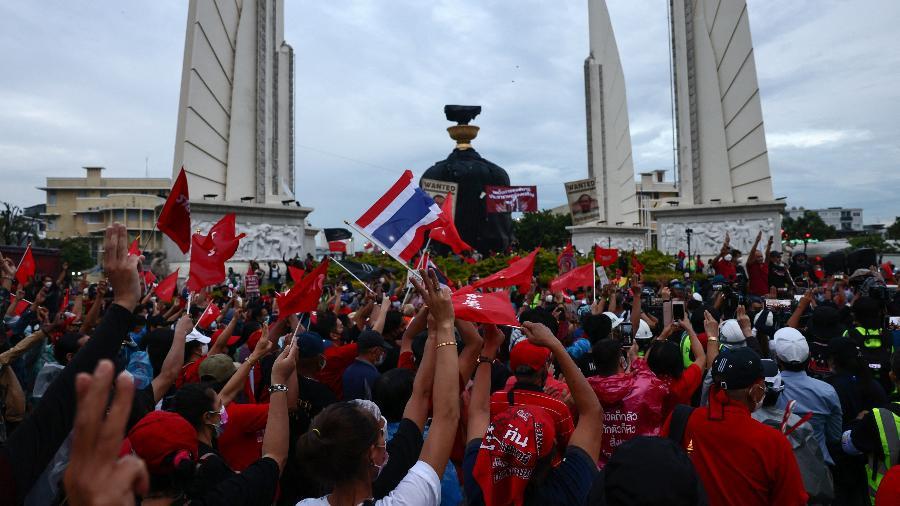 Manifestantes contrários ao governo durante uma manifestação para marcar o aniversário de 15 anos desde a tomada militar de 2006 em Bangcoc, na Tailândia - Jack Taylor/AFP