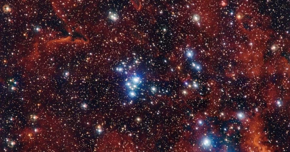 1º.jul.2015 - Telescópio do Observatório Europeu do Sul, no Chile, flagra um conjunto de estrelas e gases coloridos. O jovem aglomerado de estrelas conhecido como NGC 2367 está localizado às margens da Via Láctea