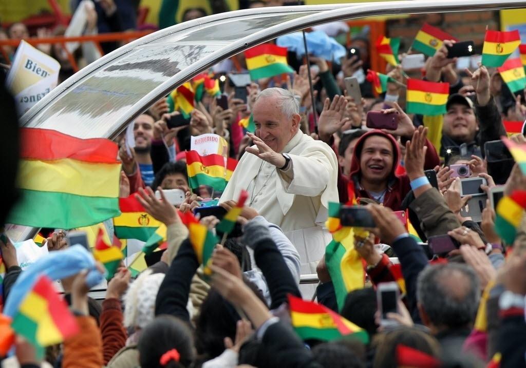 9.jul.2015 - Papa Francisco cumprimenta os fiéis reunidos na praça do Cristo Redentor, em Santa Cruz (Bolívia), nesta quinta-feira (9). O pontífice começou o seu segundo dia de visita à Bolívia com a celebração de uma missa ao ar livre