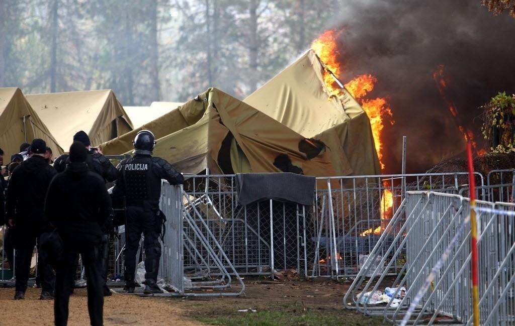 21.out.2015 - Um acampamento de refugiados pegou fogo na Eslovênia nesta quarta (21), na cidade de Brezice, perto da fronteira com a Croácia