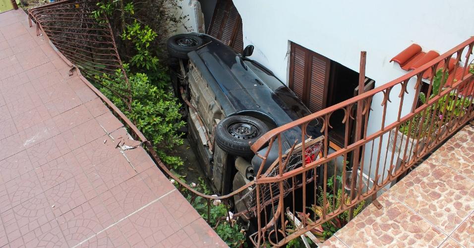 28.out.2015 - Um carro caiu no jardim de uma casa em Santana do Livramento (RS), após sofrer uma colisão com uma caminhonete. O condutor do veículo menor sofreu ferimentos leves e foi levado para à Santa Casa de Misericórdia. O condutor da caminhonete fugiu do local sem prestar socorro