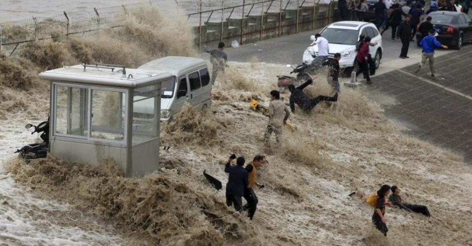 28.out.2015 - Uma forte onda assustou motoristas em uma estrada às margens do rio Qiantang, em Hangzhou, província de Zhejiang, na China. As ondas são causadas pela maré alta e viajam rio acima