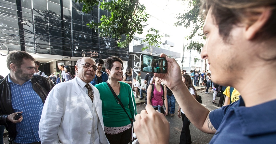 """11.nov.2015 - O ator Pascoal de Conceição, que interpretou o """"Dr. Abobrinha"""" na série """"Castelo Rá-Tim-Bum"""" apareceu na manifestação em apoio aos estudantes da Escola Estadual Fernão Dias Paes, em Pinheiros, zona oeste de São Paulo. A ação ocorre em protesto contra a reorganização da rede pública, anunciada pelo governo Geraldo Alckmin (PSDB)"""