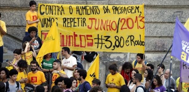 Manifestantes se concentram na região da Cinelândia, no centro do Rio de Janeiro, para protestar contra o aumento da tarifa de ônibus