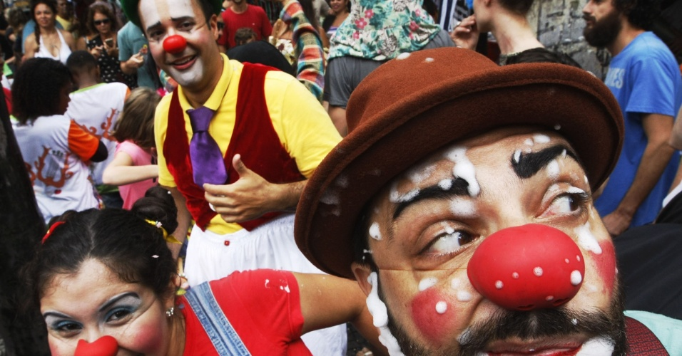16.jan.2016 - Foliões desfilam no bloco de rua Gigantes da Lira, em Laranjeiras, no Rio de Janeiro