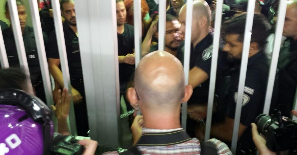 28.jan.2016 - Seguranças fecharam os acessos à estação Anhangabaú, da linha 3-Vermelha do metrô, após sétimo ato contra o aumento da tarifa do transporte público em São Paulo. Manifestantes tentaram forçar a entrada. Policiais militares usaram gás de pimenta contra eles