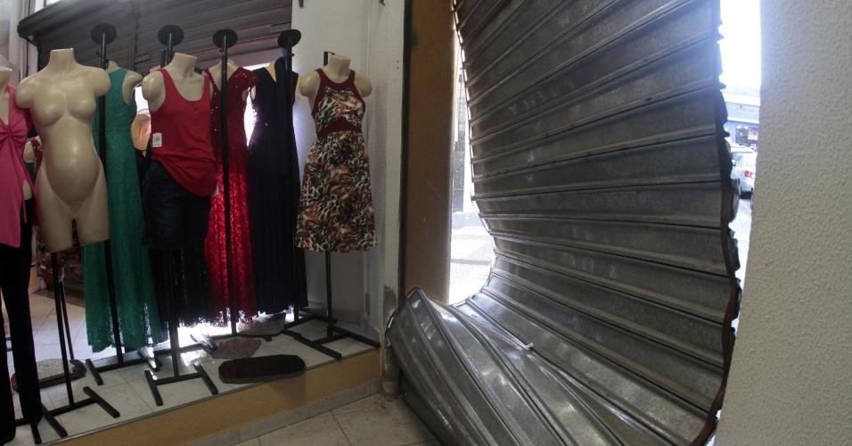 1°.fev.2016 - Ao menos nove lojas foram saqueadas no domingo (31), na rua Treze de Maio, uma das principais do comércio de rua de Campinas (93 km de São Paulo). Os criminosos invadiram os estabelecimentos após um show de funk na Estação Cultural, localizada também na região central da cidade