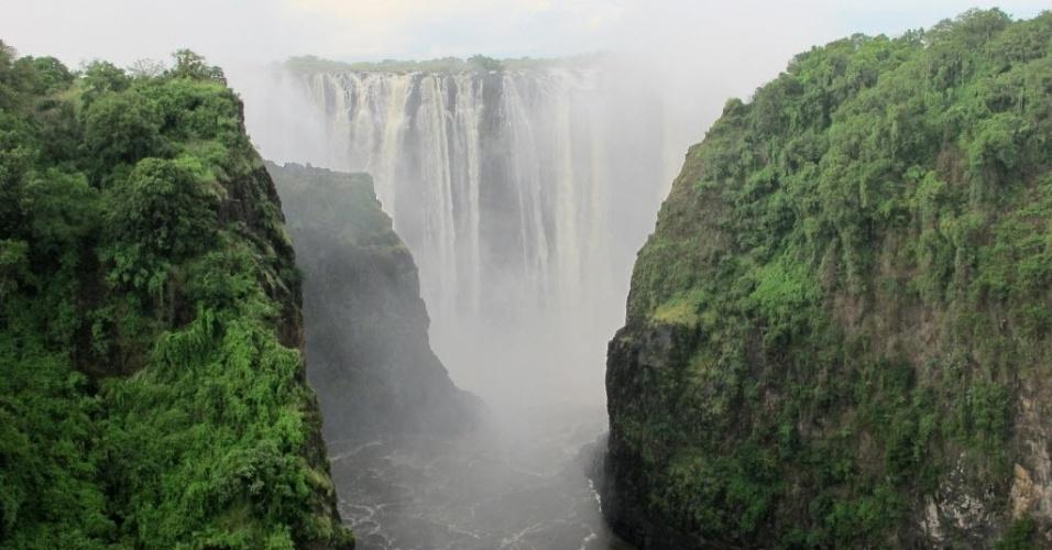 1º.mar.2016 - Vista aérea das cataratas de Vitória, no rio Zambeze, que forma a fronteira entre a Zâmbia e o Zimbábue. As cataratas possuem 1,5 km de extensão e alcançam os 128 metros de altura, além de serem consideradas Patrimônio Mundial da Humanidade pela Unesco desde 1989