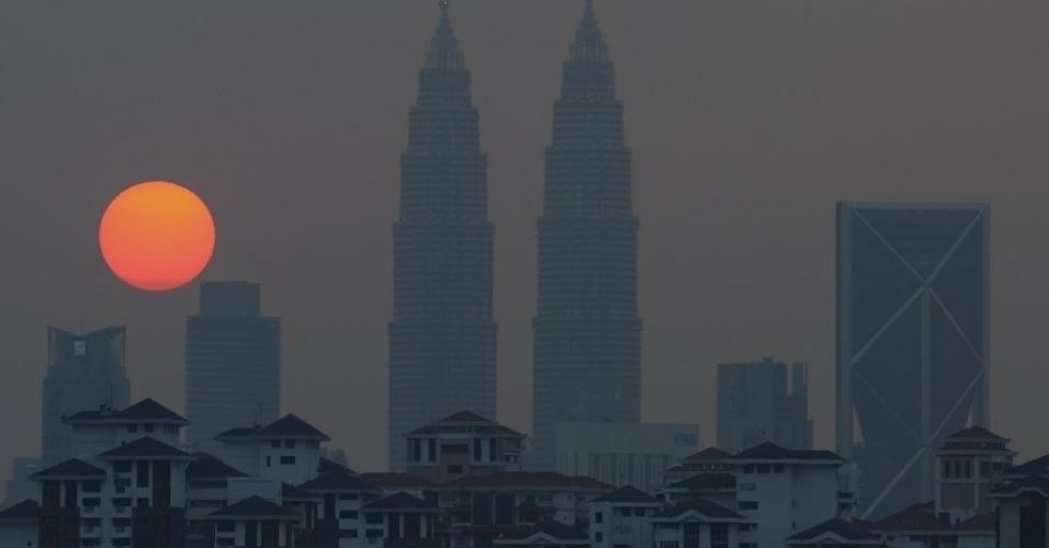 30.mar.2016 - Torres Petronas são envolvidas por uma camada de névoa durante o pôr do sol em Kuala Lumpur, na Malásia