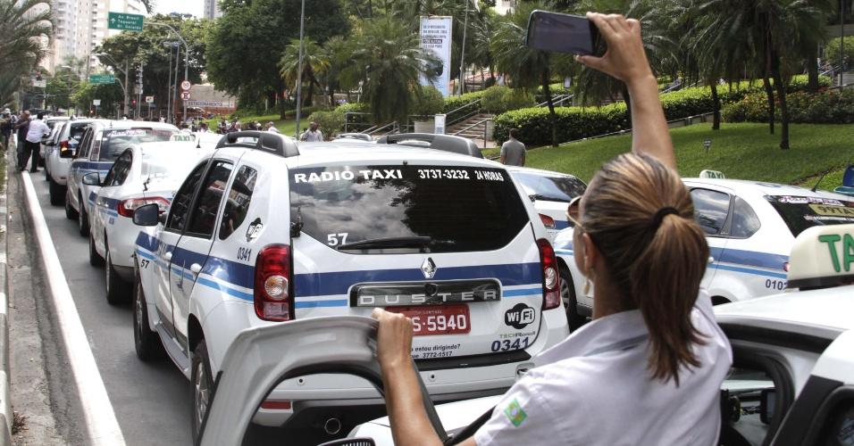 1º.jan.2016 - Taxistas fazem carreata em protesto contra o aplicativo de carona Uber no centro de Campinas (SP). Eles passaram por ruas e avenidas da região central até chegarem à prefeitura da cidade. O Uber começou a operar na cidade no final de janeiro