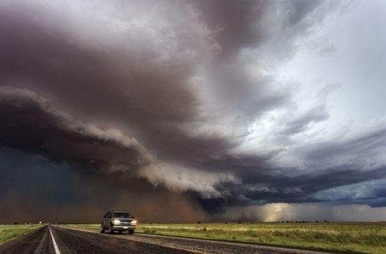 24.mai.2016 - Tempestades típicas se desenvolvem em nuvens do tipo cumulonimbus. Elas começam densas, formando ondulações de torres brancas, e são formadas quando o ar quente e úmido é levado rapidamente para cima por correntes de convecção poderosas
