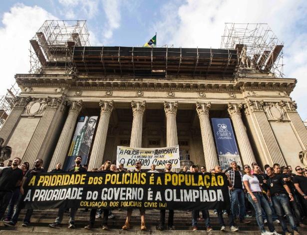 27.jun.2016 - Policiais civis protestam em frente ao prédio da Chefia de Polícia, na Lapa