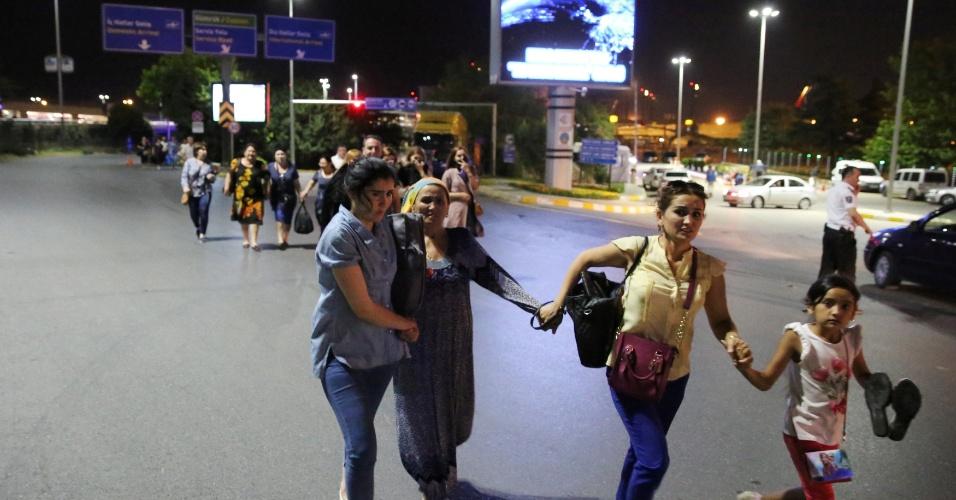 28.jun.2016 - Passageiros evacuam o aeroporto de Ataturk, em Istambul, na Turquia, após homens dispararem fuzis e depois se explodirem no local, matando dezenas de pessoas morreram e ferindo centenas
