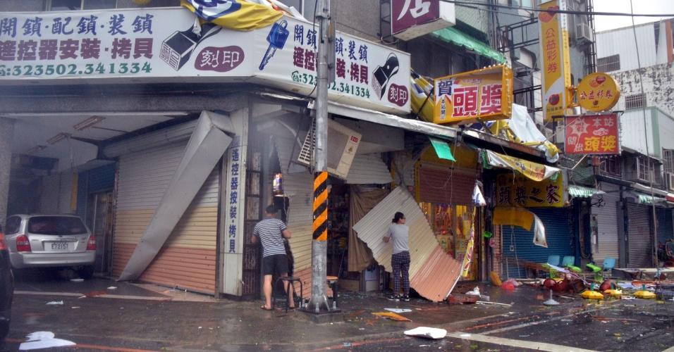 8.jul.2016 - Comerciantes conferem os estragos causados por fontes ventos provocados pelo tufão Nepartak na cidade de Taitung, em Taiwan. Com chuvas torrenciais e as rajadas de vento mais fortes registradas em um século, o supertufão Nepartak, o primeiro da temporada, obrigou mais de 15.000 pessoas a abandonar suas casas, além do cancelamento de centenas de voos e o fechamento das escolas