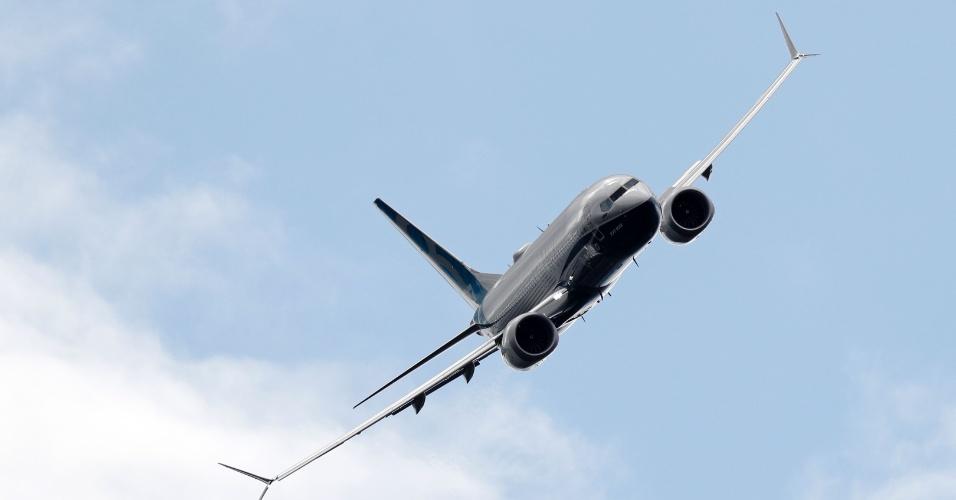 Boeing 737 Max sobrevoa o Farnborough Airshow, evento de exposição de aeronaves na Inglaterra