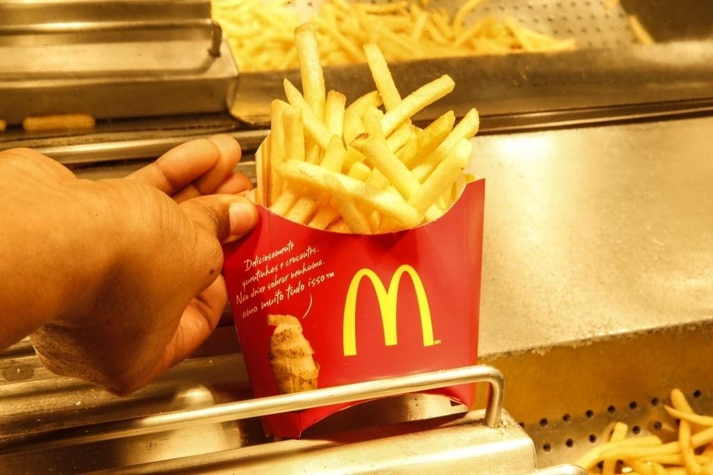 26.set.2016 - Há mais de 20 anos, as batatas chegavam frescas no restaurante. Elas eram cortadas, pré-cozidas e depois fritas pelos próprios funcionários. Hoje elas chegam cortadas e congeladas. É só colocar para fritar