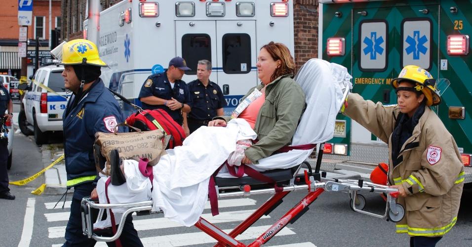 29.set.2016 - Mulher ferida é atendida após acidente de trem na estação Hoboken, em Nova Jersey