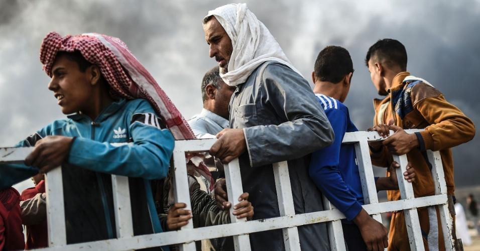 25.out.2016 - Famílias que foram removidas de suas casas devido à ofensiva do exército iraquiano contra o Estado Islâmico se reunem em área da vila de Qayyarah. O Iraque tenta retomar Mossul das mãos dos terroristas. A ONU se prepara para receber 150 mil refugiados nos próximos dias