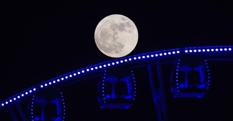 14.nov.2016 - Superlua deixa passeio em roda-gigante mais encantador em Hong Kong. Na China, as pessoas se dirigiram às coberturas de prédios, fortes antigos e praias para testemunhar o fenômeno, o maior desde 1948, com a Lua a 356.509 km de distância da Terra