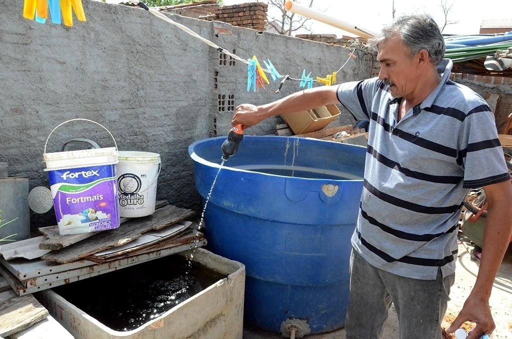 """19.dez.2016 - O feirante José Cícero Tibúrcio afirma que precisa colocar bastante cloro na água para matar as larvas que rapidamente aparecem na água de carros-pipa da cidade de Ventosa (PE). """"Mas aí temos problema por ter muito cloro"""", conta"""