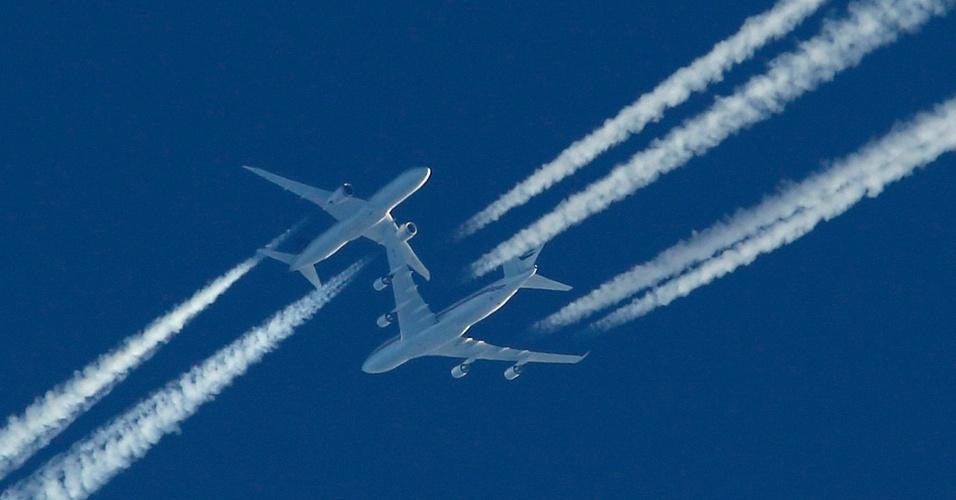 23.dez.2016 - Dois aviões de passageiros passam no céu acima do aeroporto de Malta