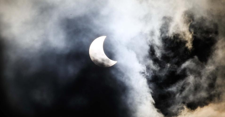 26.fev.2017 - Eclipse solar visto na cidade de Curitiba (PR), na manhã deste domingo (26)