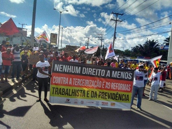28.abr.2017 - Em Lauro de Freitas, na região metropolitana de Salvador (BA), centrais sindicais fecharam a Estrada do Coco, que liga a cidade às prais do litoral nordeste do Estado