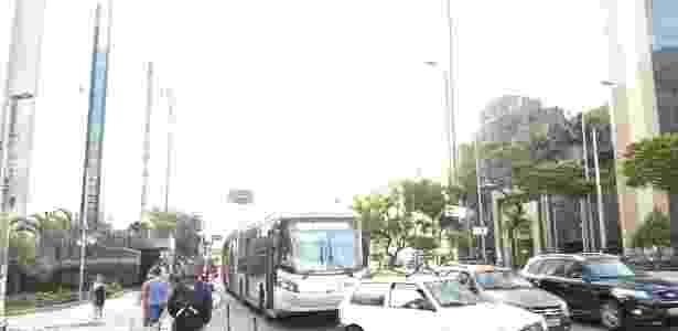 Foto tirada com câmera traseira do Moto Z2 Play com ajuste de exposição - verde das folhas só aparece sob a luz excessiva - Márcio Padrão/UOL - Márcio Padrão/UOL