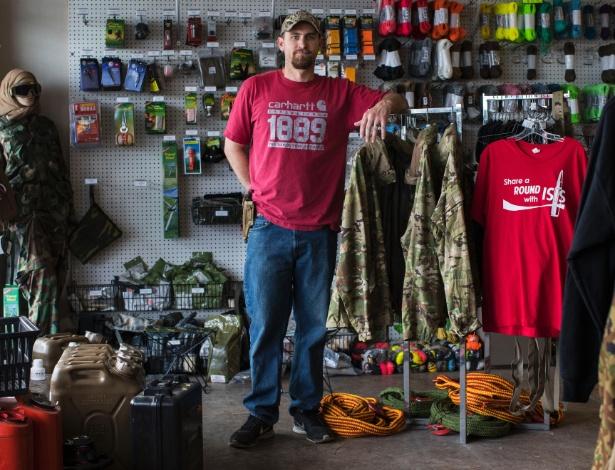 David Chatterton, um veterano do exército americano, em sua no Alasca que vendo objetos para 'sobrivencialistas'