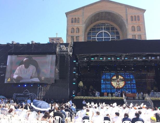 Vídeo do papa Francisco é projetado durante missa na basílica de Aparecida (SP)