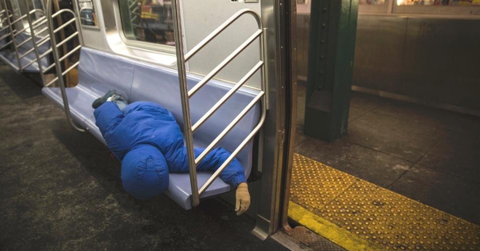 Shanaira Hobgood repousa em um vagão da linha E do metrô de Nova York