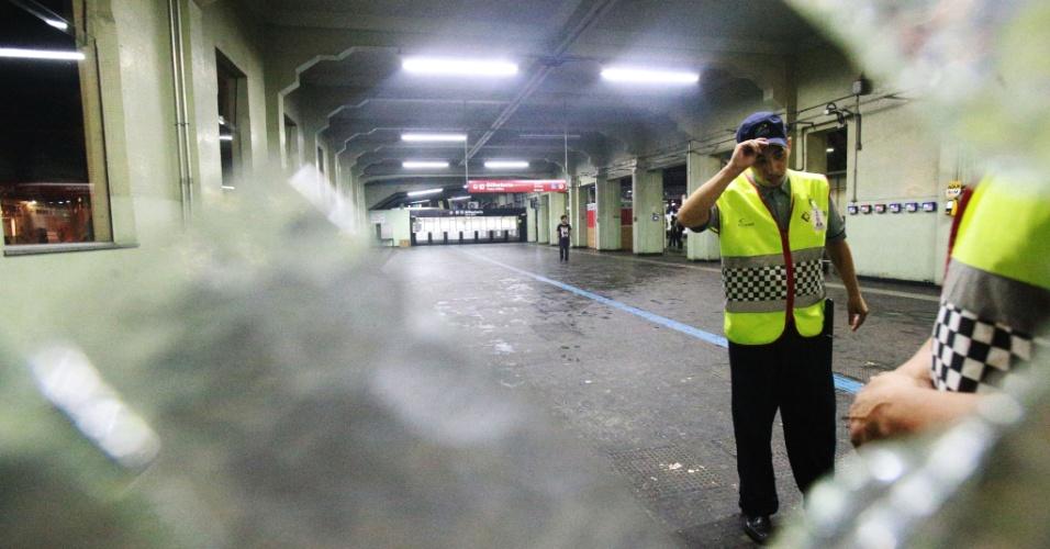 11.jan.2018 - Vidro da porta da estação Brás da CPTM (Companhia Paulista de Trens Metropolitanos) que foi quebrado durante protesto organizado pelo Movimento Passe Livre (MPL) contra o aumento do preço das passagens de ônibus, metrô e trem na capital paulista. O ato foi pacífico durante mais de três horas, mas terminou em enfrentamento entre policiais e manifestantes