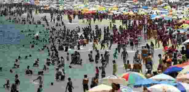 17.jan.2018 - Dia de calor: cariocas e turistas aproveitam a praia do Arpoador, na zona sul do Rio de Janeiro - Gabriel de Paiva/Agência O Globo