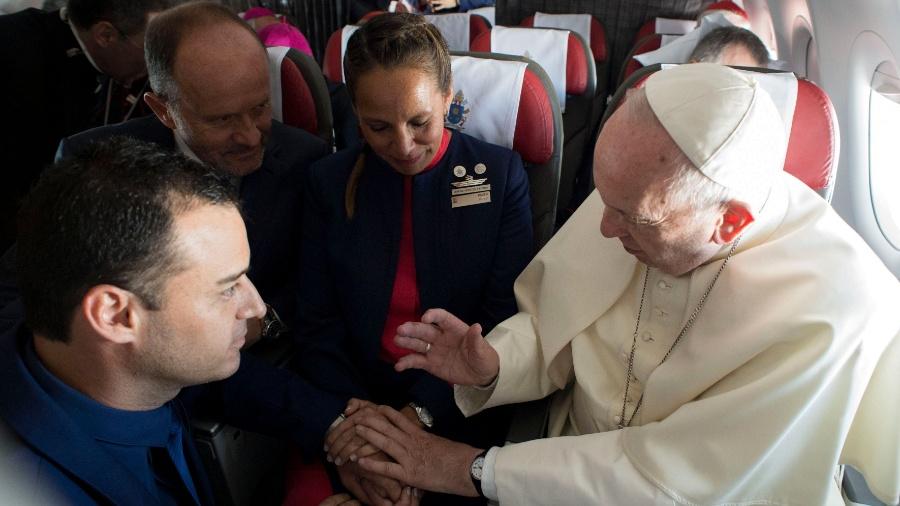 Papa casa dois tripulantes em avião de Santiago a Iquique - Osservatore Romano via AFP