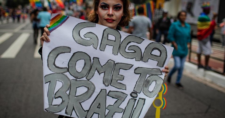 3.jun.2018 - Pessoa segura cartaz em que pede que a cantora Lady Gaga se apresente no Brasil. A 22ª Parada do Orgulho LGBT acontece neste domingo (3) em São Paulo