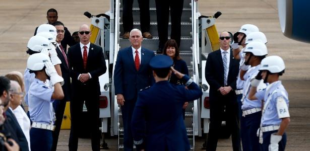 26.jun.2018 - O vice presidente norte-americano Mike Pence, acompanhado de sua esposa Karen Pence, desembarca do Air Force 2 na Base Aérea de Brasília - Pedro Ladeira/Folhapress