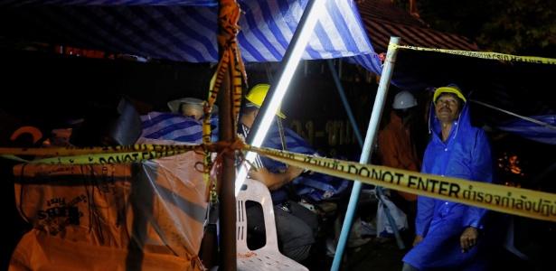 Membros de equipes de resgate trabalham do lado de fora das cavernas Tham Luang - Tyrone Siu/ Reuters