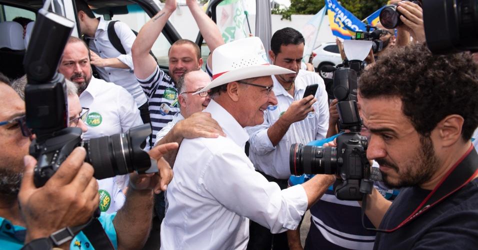 12.set.2018 - O candidato do PSDB à Presidência da República, Geraldo Alckmin (c), faz campanha na cidade de Contagem, na Região Metropolitana de Belo Horizonte (MG), nesta quarta-feira