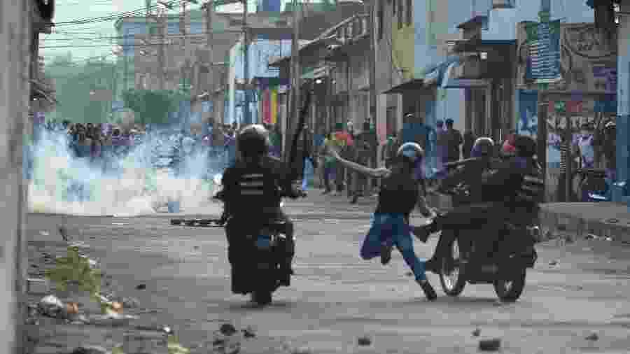 23.fev.2018 -  Guardas venezuelanos enfrentam manifestantes na fronteira com a Colômbia - Juan Barreto/AFP