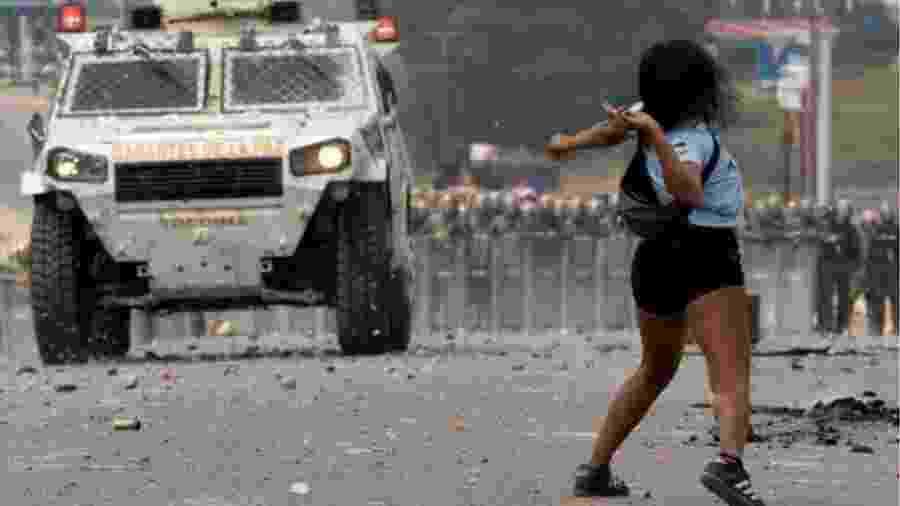 Manifestantes entram em confronto com forças venezuelanas na fronteira com o Brasil - EPA