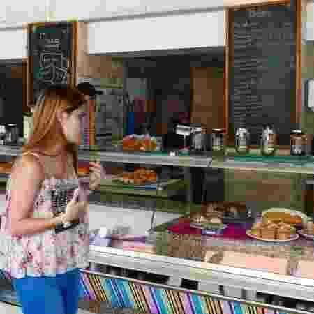 Clientes olham as vitrines de um café da rede Franca - BBC