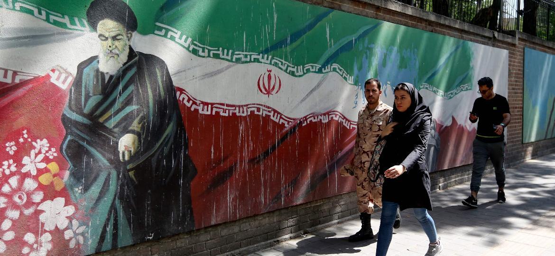 22.jun.2019 - Pintura no muro da antiga embaixada dos EUA em Teerã, capital do Irã, mostra o aiatolá Khomeini e a bandeira iraniana - Atta Kenare/AFP