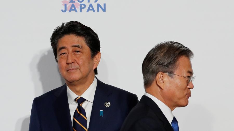 28.jun.2019 - O primeiro-ministro japonês, Shinzo Abe, e o presidente da Coreia do Sul, Moon Jae-in, durante a cúpula do G20 em Osaka, no Japão - Kim Kyung-Hoon/Pool/Reuters