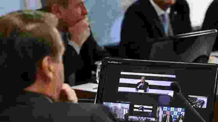 Bolsonaro vê imagem de Doria durante conferência em que os dois discutiram sobre políticas para Covid-19 - Foto: Marcos Corrêa/ PR