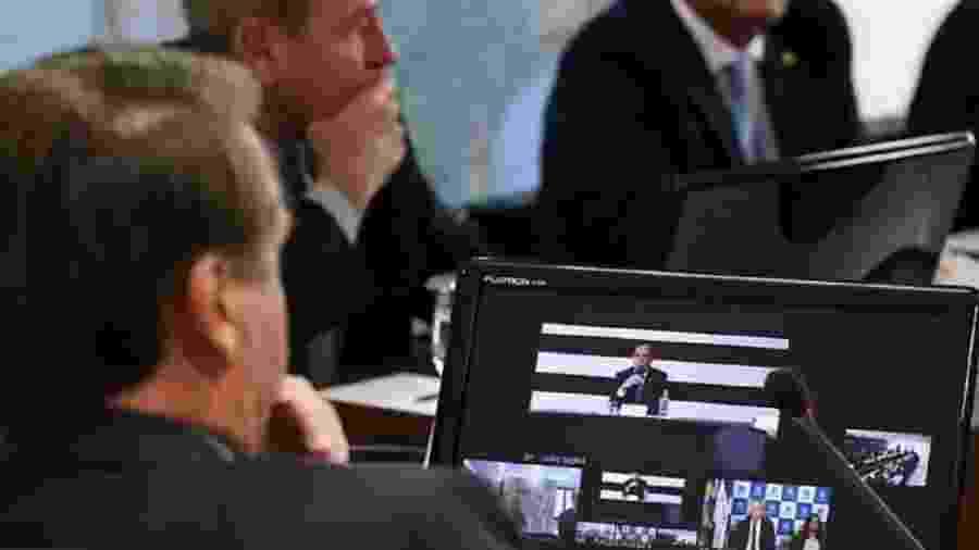 Bolsonaro observe na tela do computador imagem do governador de São Paulo, João Doria, durante teleconferência sobre coronavírus, em que o presidente preferiu tratar de suposto confronto de natureza eleitoral - Foto: Marcos Corrêa/ PR