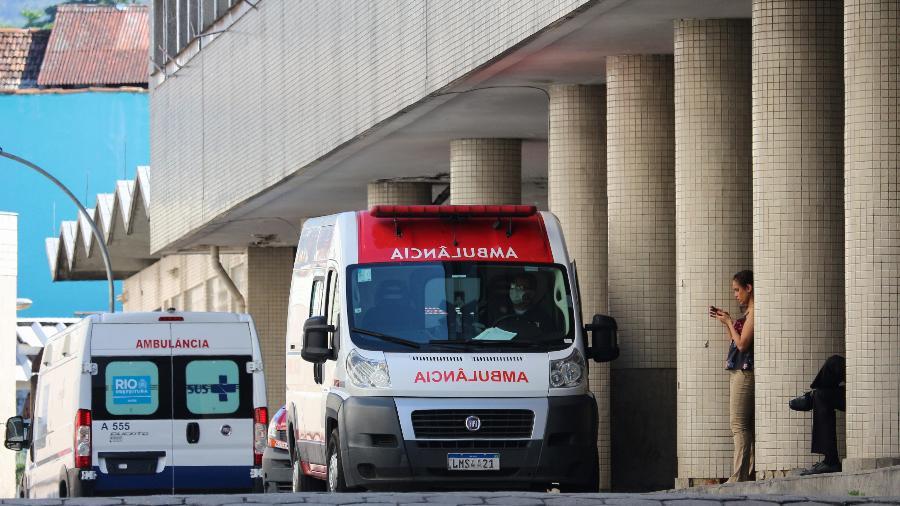 Ambulância na frente do Hospital Souza Aguiar, no centro do Rio de Janeiro - LUIZ SOUZA/FOTOARENA/ESTADÃO CONTEÚDO