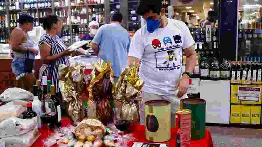 Movimentação de consumidores, muitos deles usando máscaras de proteção contra o coronavírus, no Mercado Municipal do Rio - ANDRE MELO ANDRADE/ESTADÃO CONTEÚDO